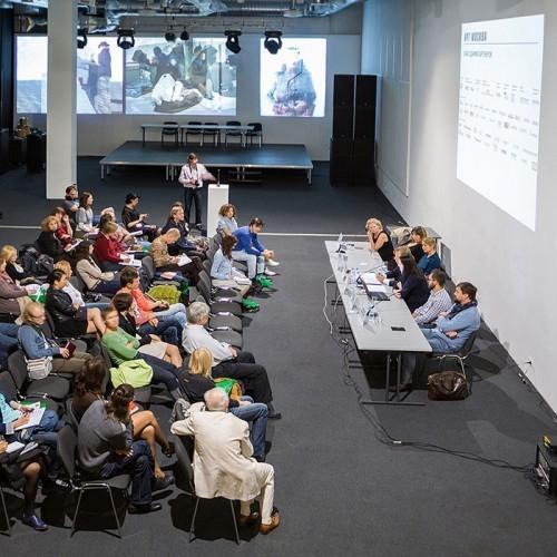 pintura-proyector-smart-usada-en-una-conferencia