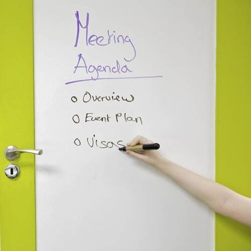 puerta-de-sala-de-reuniones-cubierta-con-rollo-autoadhesivo-pizarra-blanca