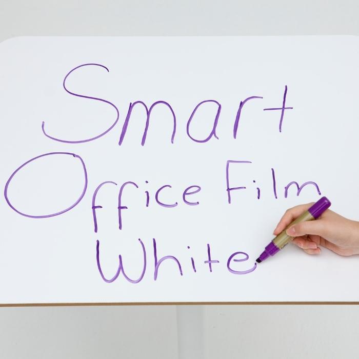 rollo-autoadhesivo-pizarra-blanca-aplicado-en-escritorio