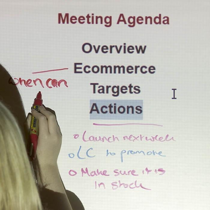 rollo-autoadhesivo-pizarra-blanca-y-proyector-usado-para-reuniones
