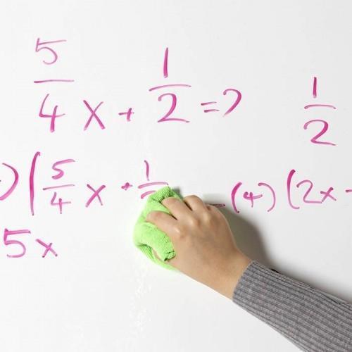 vinilo-de-pizarra-magnetico-y-proyector-en-un-aula-escolar