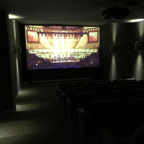 home-cinema-creado-con-pintura-proyector-contraste