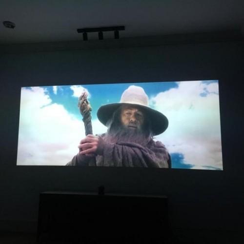 pelicula-reproducida-sobre-pantalla-creada-con-pintura-proyector-contraste