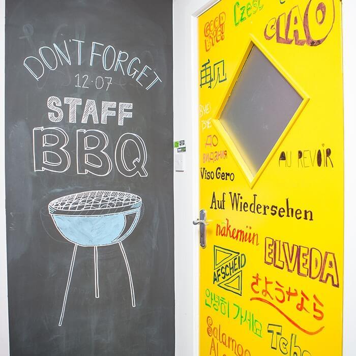pizarra-pared-en-oficina-usando-pintura-pizarra-inteligente